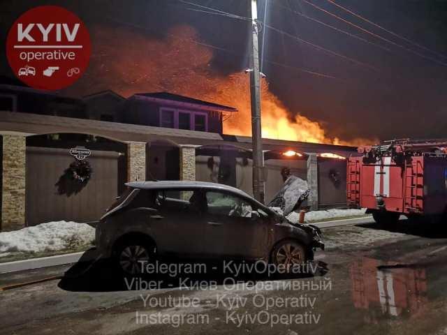 Под Киевом электромобиль загорелся во время зарядки: пришлось гасить гараж и дом (обновлено)