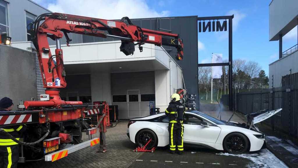 Пожарные необычным способом погасили пылающий гибрид BMW i8
