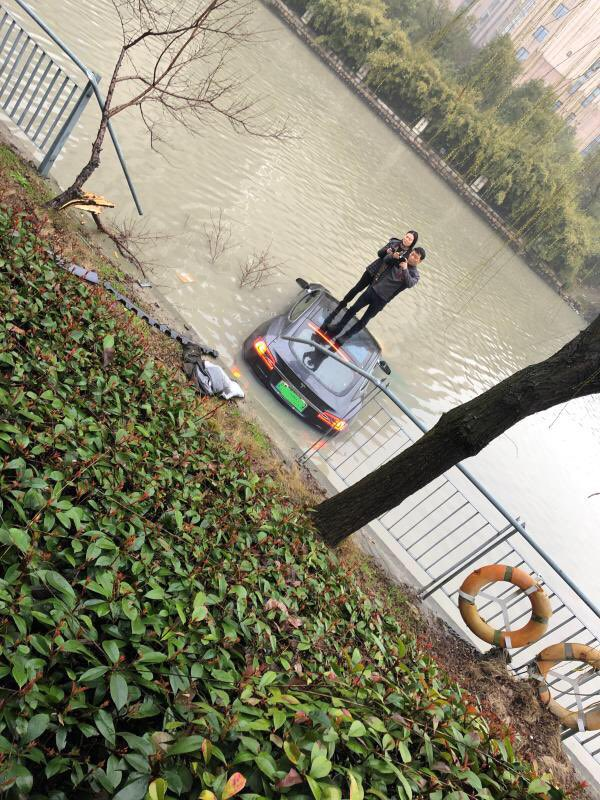 """""""Взбесившаяся"""" Tesla Model S угодила в реку: в компании начали расследование"""