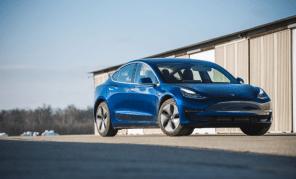 Самую дешевую Tesla Model 3 еще не начали доставлять покупателям: она вообще существует?