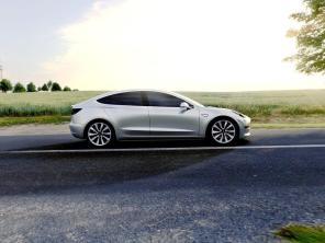 """Tesla снизила стоимость своих электромобилей, чтобы """"бедные"""" канадцы смогли себе их позволить"""