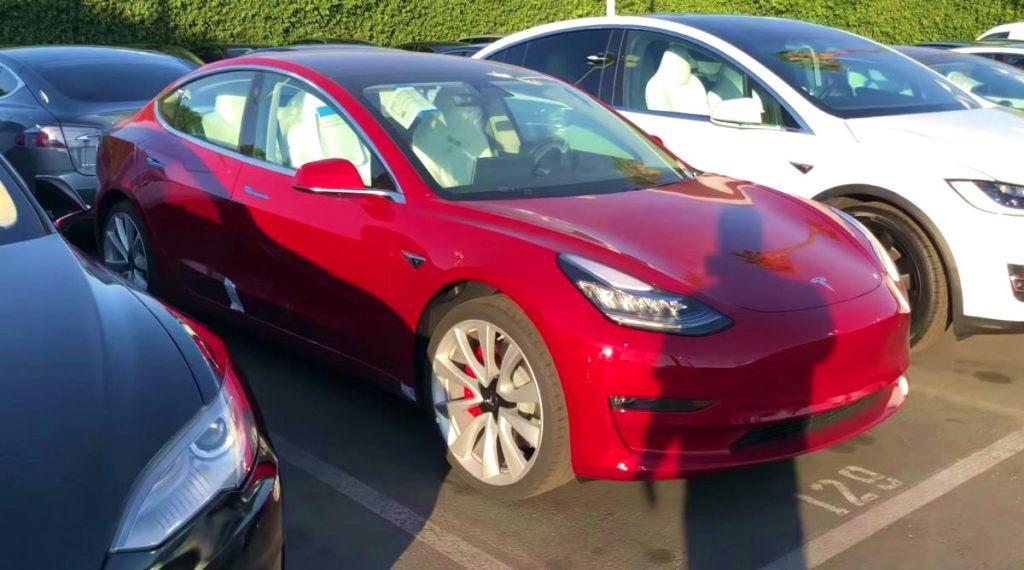 Противоугонка Sentry Mode запечатлела вандалов, которые исцарапали кузов Tesla Model 3