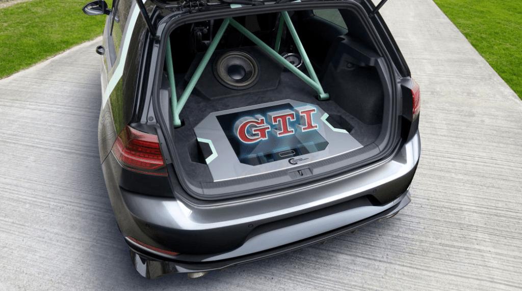 Багажник Volkswagen GTI оснастили голограммой для управления аудиосистемой