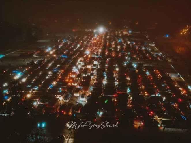 Автомобілісти Києва та Харкова встановили рекорди, зібравши новорічні ялинки з машин