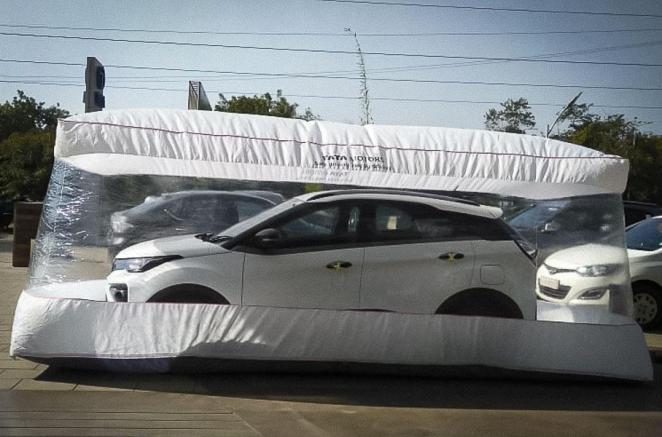 Коронавірус не пройде: Tata Motors почала пакувати автомобілі в герметичні пластикові «бульбашки»