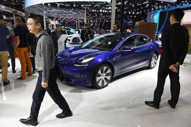 """""""Вдарили по днищу"""": на підземному паркінгу у Шанхаї вибухнув електромобіль Tesla Model 3"""