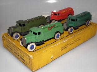 Camions série 25 Dinky Toys ; première calandre en tôle