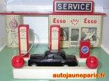 Station service Esso avec la Mercedes noire de Geneviève
