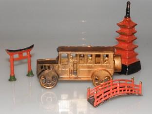 Bus et symboles du Japon : Torii (porte indiquant l'entrée du monde divin), temple et pont suspendu