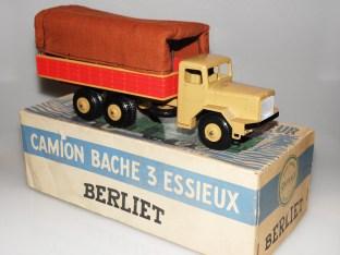 Quiralu Berliet GBO bâché (bâche brune et ridelles de couleur rouge). Très peu fréquente variante