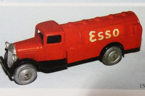 """Dinky-Toys camion 25 citerne """"Esso"""" photo de JM. Roulet"""