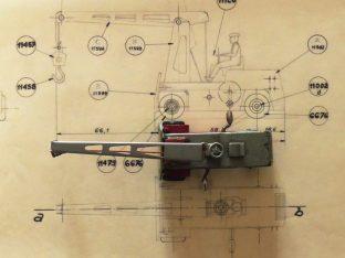 Dinky Toys Salev grue plan au 1/38 environ en langue anglaise ! avec le prototype au 1/43 posé dessus