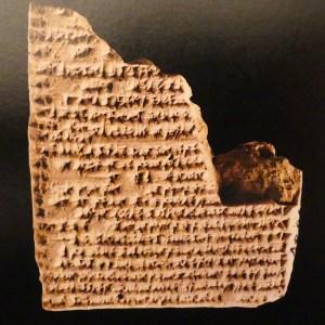 réplique d'une tablette de Nabû-usallim (Babylone) racontant les éventuelles avatars d'un voyage en char d'un prince