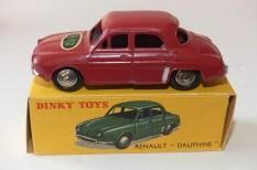 """Dinky Toys Renault Dauphine """"PKZ"""" (vétements ) marché Suisse"""