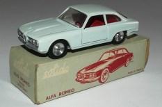Solido Alfa Romeo 2600 (variante de phares moulés) et jantes en acier chromé et intérieur rouge