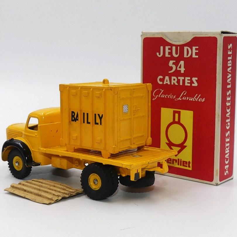 """DinkyToys Berliet GLR plateau """"Bailly"""" avec jantes concaves et pneus à section carré avec jeux de 52 carte Berliet : Exigez les pièces d'origine Berliet !"""