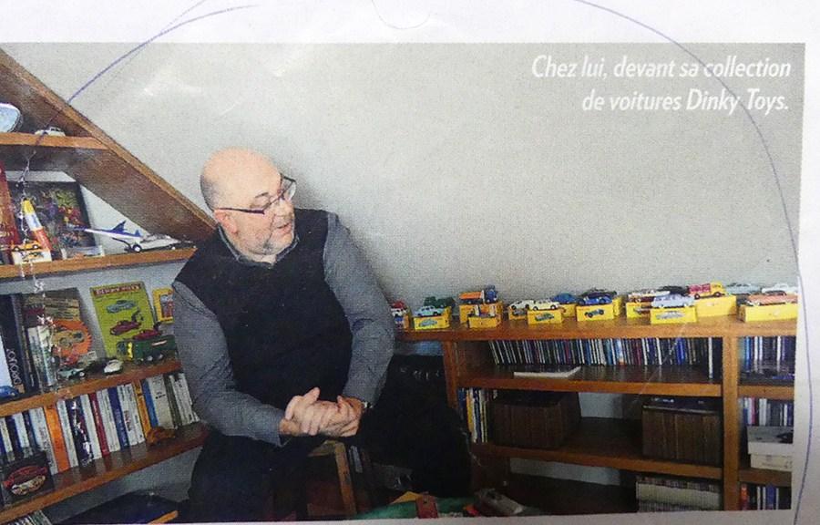 """""""Chez lui, devant sa collection de Dinky Toys"""" Stéphane Travert admirant ses modèles"""