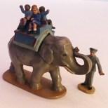 Quiralu éléphant en promenade au zoo avec son cornac
