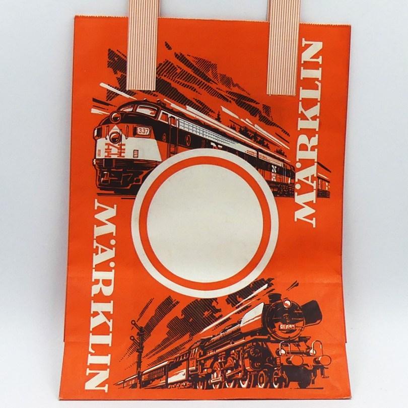 Marklin emballage d'origine. L'illustration prouve que c'est bien le modelisme ferroviaire qui est l'activité majeur de la marque