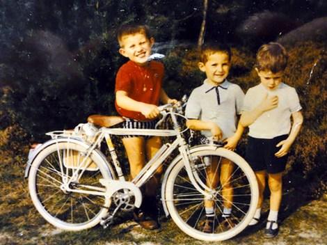 Mon premier vélo ! un Peugeot . je suis très fier . Mon frère aussi et mon cousin un peu jaloux !