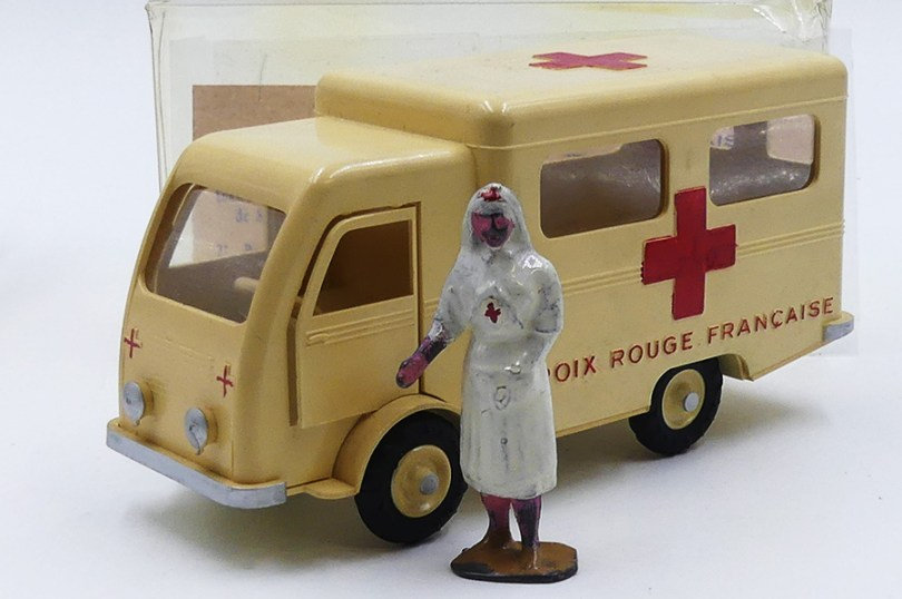 """""""Made in France"""" Renault fourgon ambulance Croix Rouge Française"""