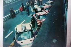 photo prise des stands BMW lors de l'édition 1977.. BMW 3.0CSL Luigi et Garage du Bac avant le départ