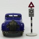 Dinky Toys Chrysler Airflow et panneau britannique