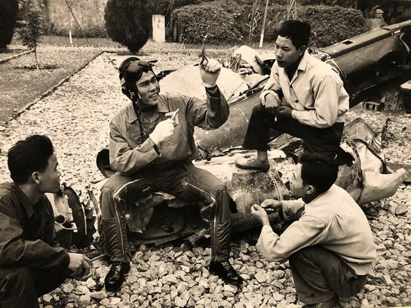 """photographie de Marc Riboud : """"sans titre"""" le colonel Nguyen Van bay explique ,à l'aide de modèles réduits , comment il a abattu plusieurs avions américains Nord Vietnam 1969"""