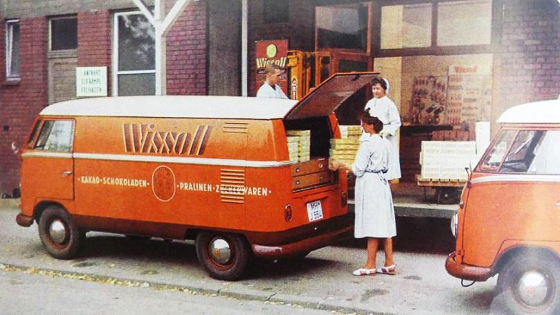 catalogue publicitaire Volkswagen : un Kombi livre du chocolat...stocké au- dessus du compartiment moteur