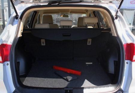 Багажник у ДФМ АХ7 весьма просторный.