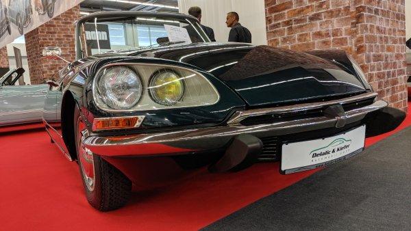 """През 1968 Citroen официално оторизира ателието на Анри Шапрон да произведе ограничен тираж от кабрио версии на """"Богинята"""". Днес това е най-търсената разновидност от колекционерите. Преди броени месеци екземпляр, идентичен на изложения тук, бе продаден за 184 000 евро от RM Sotherbys."""