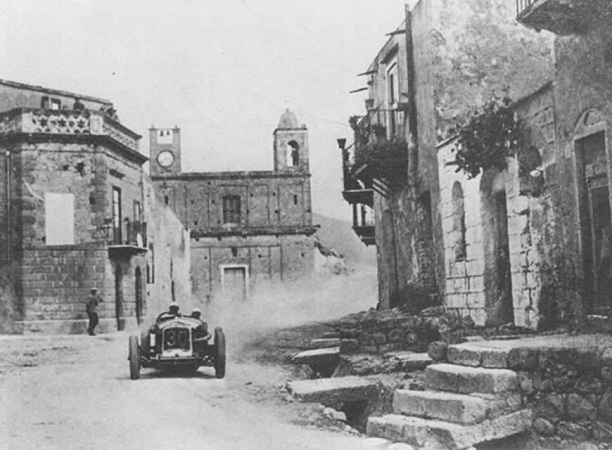 1930-achille-varzi-su-alfa-romeo-attraversa-piazza-garibaldi-di-campofelice-e-vince-la-21_-targa-florio