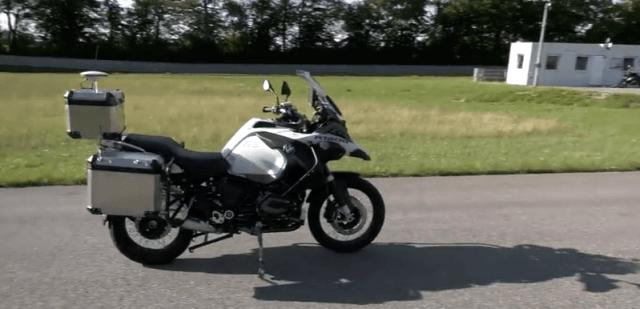 bmw-predstavilo-autonomni-motocykl-jehoz-systemy-by-mely-pomoci-zabranit-nehodam