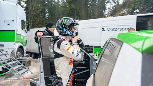 skoda-motorsport-10-veci-bez-kterych-se-zavodnik-neobejde-HANS