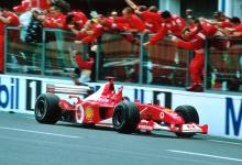 """La temporada 2002 de la Fórmula 1 no fue una más en la historia de la Máxima. Es que ese año el alemán Michael Schumacher conquistó su quinto cetro en la categoría y así igualó las cinco coronas del argentino Juan Manuel Fangio, hasta entonces el piloto más campeón de la especialidad. Schumi y Ferrari arrasaron ese año con la Ferrari F2002. El germano subió al podio en las 17 carreras del calendario y once veces lo hizo en el escalón más alto. Además, fue cinco veces segundo y una tercero. El Kaiser logró la consagración en el Gran Premio de Francia, cuando al certamen le quedaban aún seis fechas. De esta manera, no solo igualó al Chueco, sino que fue el piloto que más prematuramente se consagró campeón. Uno de los chasis utilizados por Schumacher en aquel 2002 vuelve a ser noticia ya que será subastado por Sotheby's el próximo 30 de noviembre en Abu Dhabi. Y no es cualquier chasis. Se trata del N° 219 con el que ganó los GP's de San Marino, Austria y Francia, nada menos. Sotheby's aclara que este vehículo se usó como auto de pruebas durante 2002 y que fue retirado de la competición tras esa temporada. Desde entonces, """"se ha mantenido en importantes colecciones privadas en varios continentes"""". La casa de subastas no dio, por el momento, un monto estimado de cuánto podrían pagar por este vehículo tan especial, aunque ya dejó claro que parte de lo recaudado será destinado a Keep Fighting Fundation, la fundación creada por la familia de Michael Schumacher."""