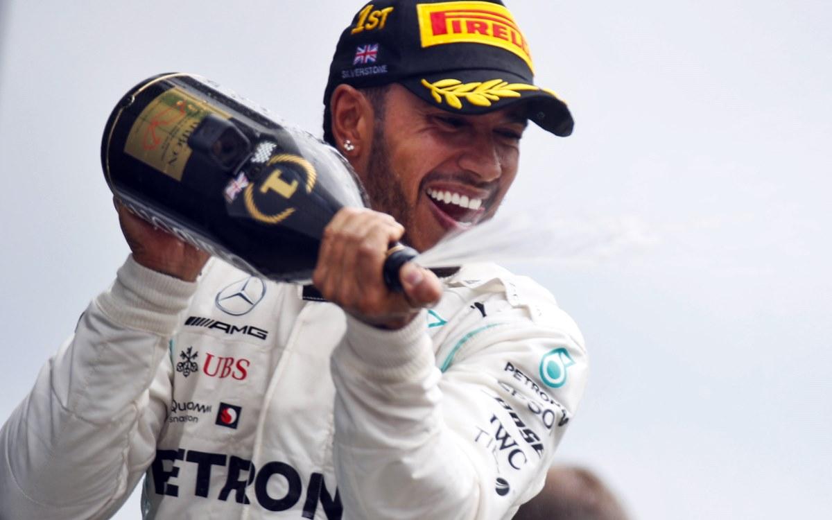 """El inglés habló sobre el deseo de muchos de sus fans de verlo en la Scuderia, aunque admitió que preferiría ser leal a Mercedes. El Gran Premio de Italia de Fórmula 1 fue el mejor marco que encontró el inglés Lewis Hamilton para hablar sobre un viejo anhelo que, según él, tienen muchos de sus fanáticos: verlo correr con una Ferrari. """"El 90 por ciento de la gente aquí es fan de Ferrari y muchos aficionados me piden que vaya a Ferrari. Es bueno porque me da la sensación que cada vez hay más gente que me apoya"""", explicó Hamilton, que aún tiene contrato con Mercedes hasta fines de 2021. """"Soy un afortunado por tener muchos seguidores italianos. Quizá es porque les gusta la moda y mi ropa"""", agregó Lewis, quien ganó cinco veces en el mítico circuito de Monza. Más allá del deseo de sus fans, Hamilton dejó claro que su presente y futuro próximo está directamente ligado con el team alemán. """"Cuando eres parte de Mercedes, eres parte de una familia para toda tu vida. Como Stirling Moss o Juan Manuel Fangio... eres parte de su historia y te cuidan a siempre. La lealtad es algo muy importante para mí"""", admitió. Por otra parte, confesó que en los próximos meses comenzará a meditar sus próximos pasos en la categoría: """"Todavía me queda más de un año y medio de contrato. Es extraño porque hemos firmado hace poco el anterior, pero en los próximos meses estudiaré las diferentes opciones""""."""