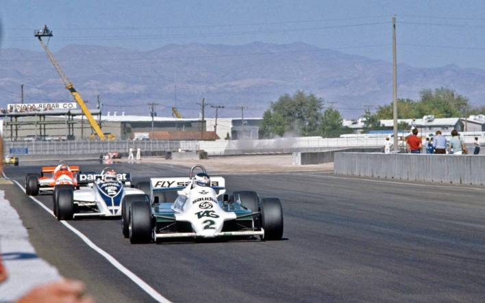"""El Gran Premio de Las Vegas de 1981 no es gratamente recordado por la afición argentina por un sencillo motivo: Carlos Reutemann no pudo conseguir el título de la Fórmula 1, que quedó para el brasileño Nelson Piquet. Aunque largaba desde la pole position con su Williams, Lole poco pudo hacer para llegar delante de su rival de Brabham, que era lo que necesitaba para coronarse. Aunque todos saben muy bien lo ocurrido aquel sábado 17 de octubre en el estacionamiento del Caesar's Palace, la debacle del santafesino comenzó con un toque, justamente con Piquet, en los entrenamientos del día viernes posteriores a la clasificación que le había dado a Reutemann la posibilidad de largar adelante. En ese incidente se dañó el chasis 12 de Williams, con el que el argentino se sentía cómodo. Lo había demostrado al dominar la tanda cronometrada y por eso se sentía confiado de obtener la corona. """"Tenía una aceleración notable, trepaba inmediatamente a las 10.600 vueltas. Tenía todo controlado porque el auto me daba confianza"""", afirmó Lole en el capítulo 15 del libro Los días de Reutemann de Alfredo Parga. """"Yo lo había estrenado en Long Beach y con él había corrido hasta Francia; después lo ponían a nuevo y era mi muletto desde Montreal. Decididamente lo prefería al 17, que estrené en Zolder, que era más rígida y que no me gustaba"""". Reutemann estaba decidido a encargar la definición del torneo con ese chasis 12. De hecho, ya lo había hablado con Patrick Head, el director del equipo, quien quiso convencerlo de lo contrario diciéndole que ese auto era muy viejo (había disputado ocho carreras) y que corría el riesgo de romper los portamazas porque tenían muchísimos kilómetros. """"Yo me daba cuenta de que mi proyecto no era de su aprobación, pero íntimamente estaba decidido a correr con el 12. Pero vino el choque estúpido con Piquet..."""" Hasta hoy ese incidente solo estaba en la memoria de todos por las palabras de su protagonista, pero el periodista argentino Víctor Pérez Seara, radicado d"""