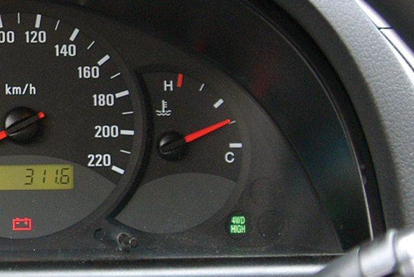 Sretna je okolnost ukoliko automobil ima pokazivač temperature rashladne tečnosti u obliku instrumenta sa kazaljkom. Neki automobili, nažalost, imaju samo lampicu koja indikuje da je temperatura već previsoka. Ukoliko se upali, obavezno se zaustavite!