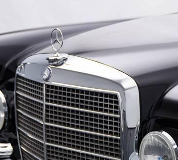 Mercedes W111 sa AMG V8 motorom