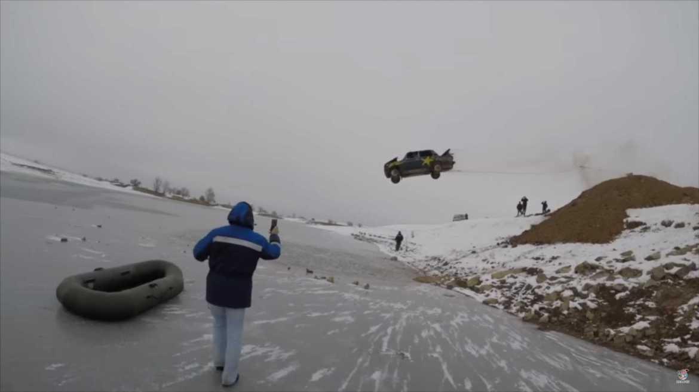 Rusi s Ladom koja je u plamenu skaču u zaleđeno jezero