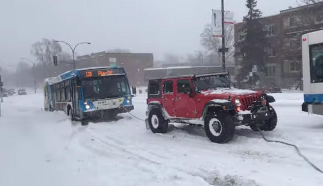 Zajedničkim snagama izvukli autobus iz snijega