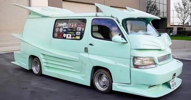 обычный фургон Toyota Hiace превратился в экстремальный гоночный автомобиль - Motor