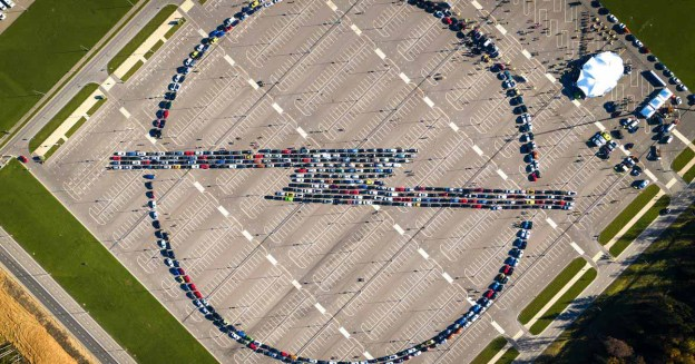 Посмотрите на эмблему Opel из пятисот автомобилей, составленную в России.