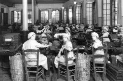 Un grupo de trabajadoras de la fábrica de tabacos de Cádiz, en una imagen del siglo XIX.