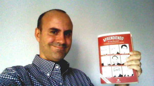 """Alvaro López con el libro """"Aprendiendo de los mejores"""""""