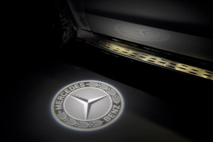 О марочной принадлежности автомобиля напоминает и появившаяся наружная подсветка в виде эмблемы Mercedes-Benz