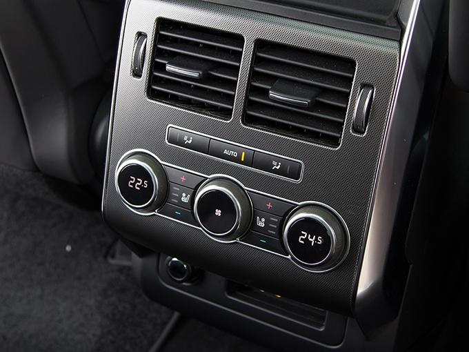«Рейндж» – единственный автомобиль, у которого на заднем ряду предусмотрены не только подогрев, но и вентиляция сидений. Помимо розетки 12 В есть также USB-вход