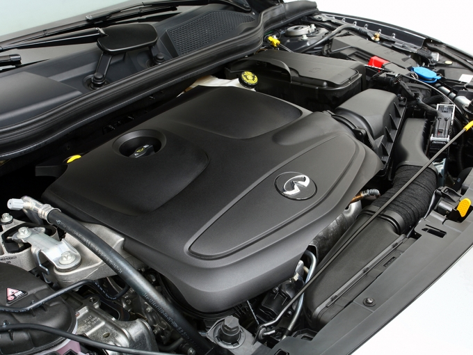 Под декоративной крышкой с эмблемой Infiniti – бензиновый мотор Mercedes-Benz