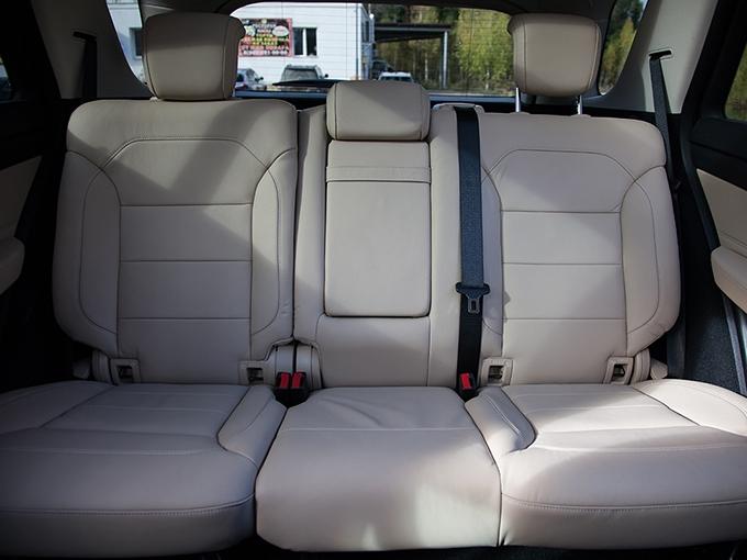 Mercedes-Benz GLE: По простору на заднем ряду «Мерседес» оказался середняком. Карманы в дверях чересчур маленькие и к тому же лишены отделений для бутылок с минералкой
