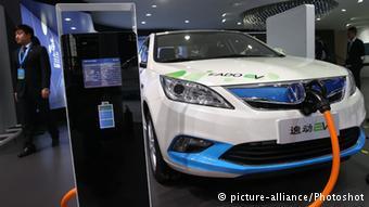 Подзарядка электрокара на автосалоне в Шанхае весной 2015 года